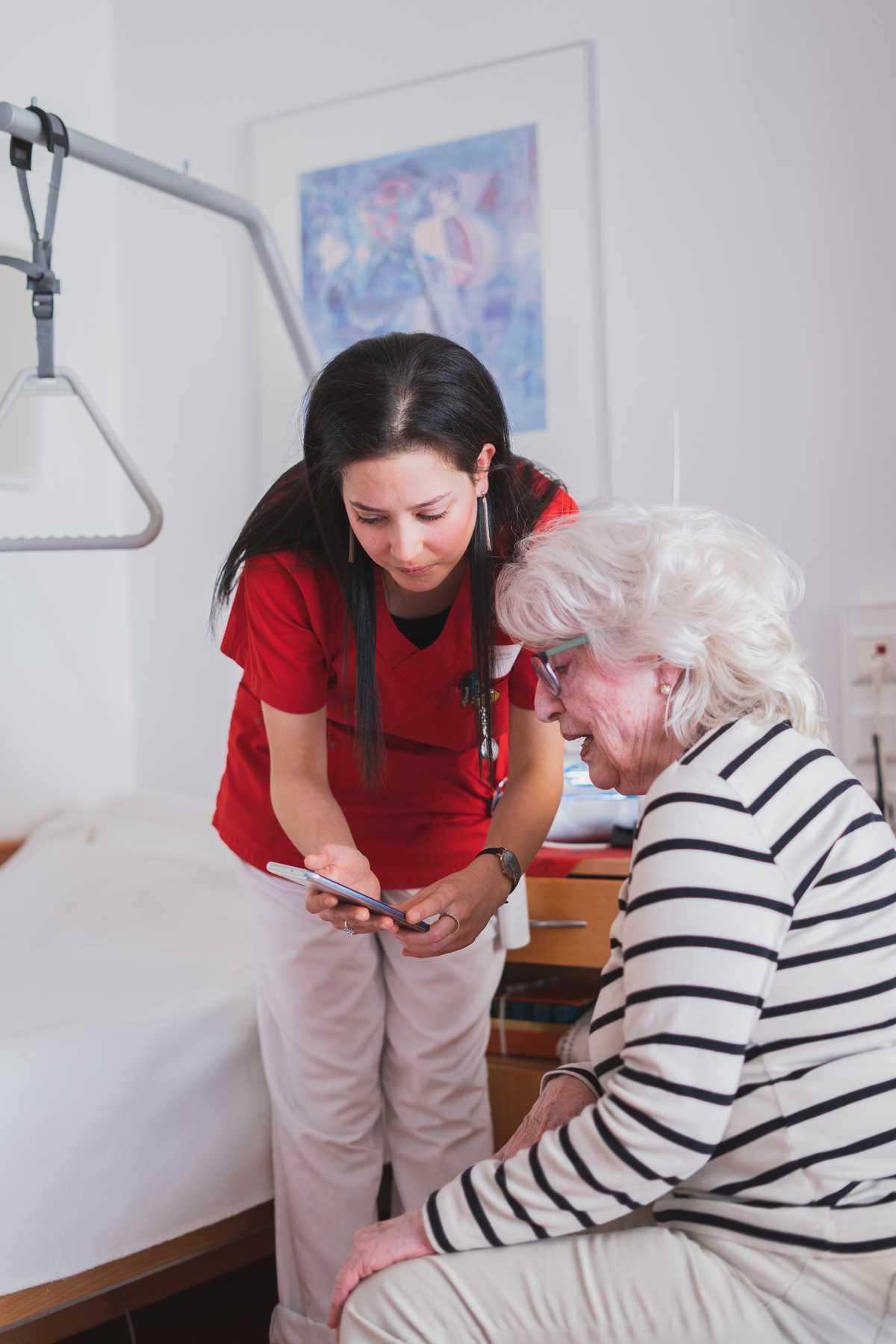 Digitaler Sprachassistent in der Pflege im Einsatz