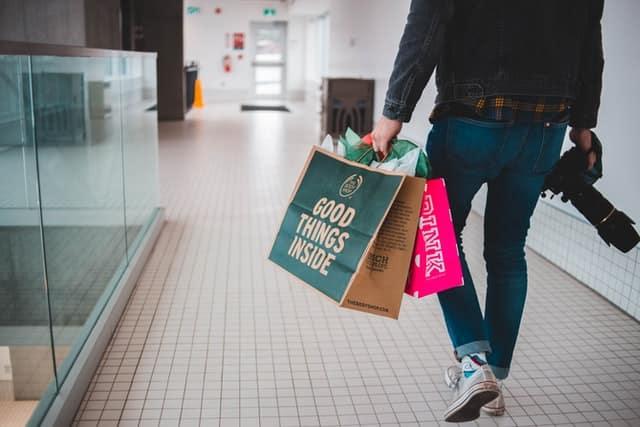 Kunden liegen das Einkaufen im Geschäft