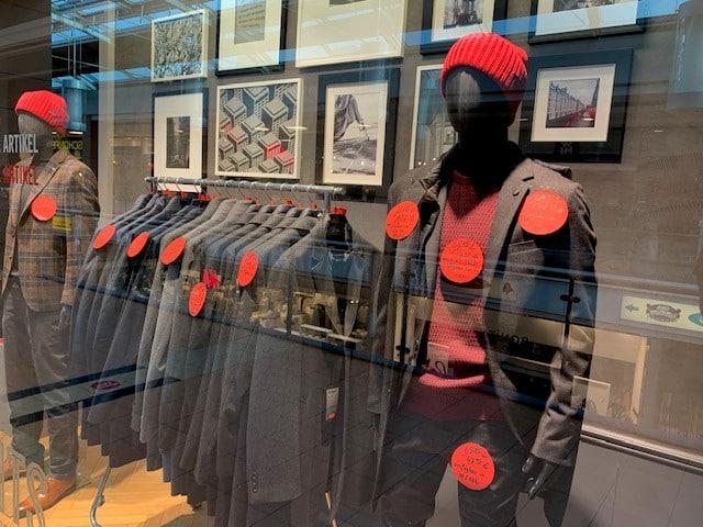 Window-Shopping beim Herren-Modegeschäft